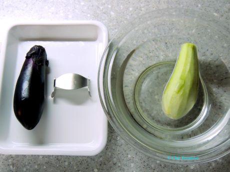 茄子の皮をピーラーで薄く剥いて水につけて灰汁をぬきます