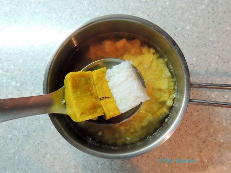 まずは材料をやわらかく煮るところから
