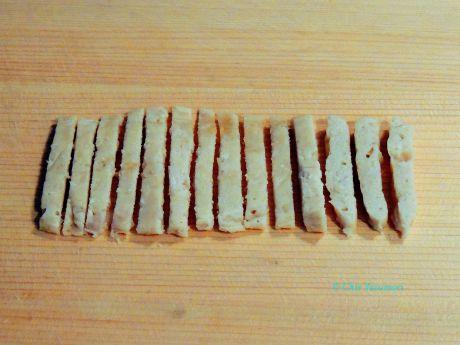 鶏シート肉をレンジで加熱したら細長く棒状に切って盛り付ける